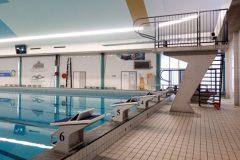 Duikplank en startblokken staan klaar om vanaf te duiken in Zwembad West in Nijmegen.