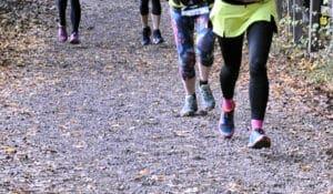 Hardlopers zonder tempodruk rennen in het bos