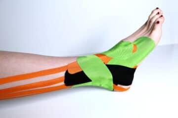 Een enkel getapet met medical taping in verschillende kleuren