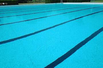 Zwembad met zwarte lijnen op de bodem dat je kunt gebruiken om lichaamsassen en lichaamsvlakken te leren.